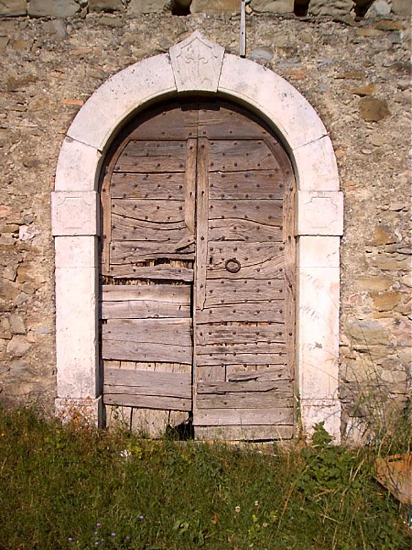 Borbona, portale ad arco.
